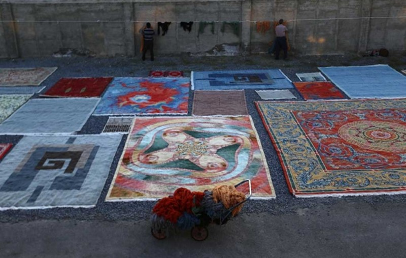 پهن کردن فرش ها در افتاب بعد از شستشو